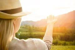 Femme observant le coucher du soleil Sérénité et relaxation Image stock