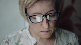 Femme observant quelque chose sur l'écran de smartphone clips vidéos