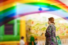 Femme observant son enfant Images libres de droits