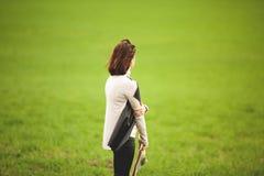 Femme observant un paysage rural photos libres de droits