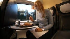 Femme obtenant affamée pendant le voyage de train banque de vidéos