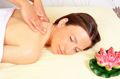 Femme obtenant détendant dans le salon de massage de beauté Images stock