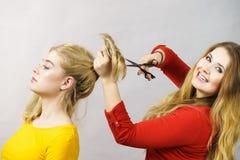 Femme obtenant la coupe de cheveux de son ami Photo stock