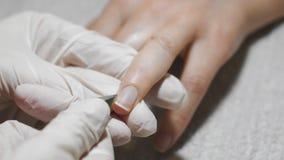 Femme obtenant la manucure d'ongle Préparez-vous au revêtement de vernis banque de vidéos