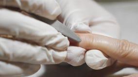 Femme obtenant la manucure d'ongle Préparez-vous au revêtement de vernis clips vidéos