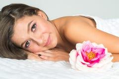 Femme obtenant le massage Photos stock