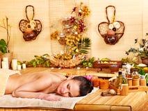 Femme obtenant le massage dans la station thermale en bambou. photo stock