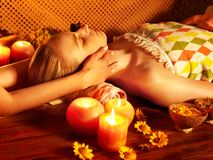 Femme obtenant le massage facial. Photo stock