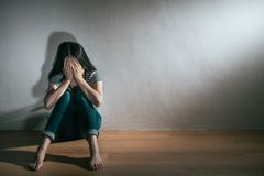 Femme obtenant le problème de trouble bipolaire de dépression photographie stock