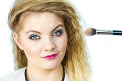 Femme obtenant lui le maquillage fait image libre de droits