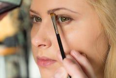 Femme obtenant lui le maquillage fait, sourcils Images stock