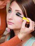 Femme obtenant son maquillage de cils fait photos libres de droits