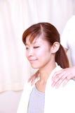 Femme obtenant un massage d'épaule Image stock
