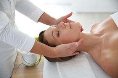 Femme obtenant un massage facial Images libres de droits