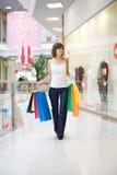Femme occasionnel marchant avec des sacs à provisions Photo libre de droits