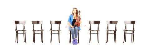 jeune femme occasionnelle assise sur une chaise en bois tenant un violon image stock image du. Black Bedroom Furniture Sets. Home Design Ideas