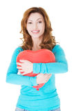 Femme occasionnelle attirante tenant un coeur de baloon. Photographie stock libre de droits
