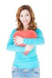 Femme occasionnelle attirante tenant un coeur de baloon. Photo stock