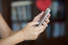 Femme occasionnelle avec le téléphone portable Image stock