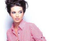 Femme occasionnelle dans la chemise rouge regardant à son côté images libres de droits