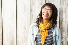 Femme occasionnelle de sourire posant avec des verres images libres de droits