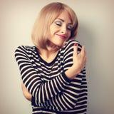 Femme occasionnelle heureuse s'étreignant avec émotif naturel sur l'enj Images libres de droits
