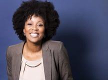 Femme occasionnelle noire sur le fond bleu Image stock