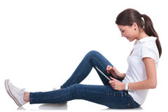 Femme occasionnelle sur le plancher avec le comprimé Photo libre de droits