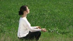 Femme occupée dans la méditation banque de vidéos