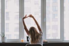 Femme occupée faisant la gymnastique pour la détente de corps image stock