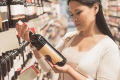 Femme occupée tenant la bouteille de la boisson photo libre de droits