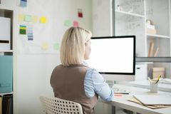 Femme occupée travaillant avec l'ordinateur moderne photos libres de droits
