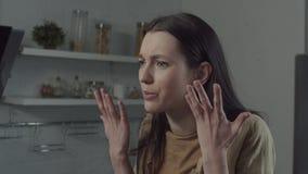 Femme offensée écoutant des accusations de mari banque de vidéos