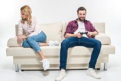 Femme offensée et homme jouant avec la manette Photo libre de droits