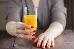 Femme offrant le jus d'orange image stock