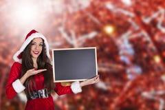 Femme ondulant au fond de Noël Image libre de droits