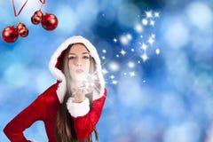 Femme ondulant au fond de Noël Image stock