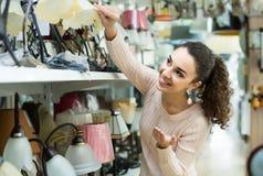 Femme ordinaire faisant des achats dans la boutique d'éclairage images libres de droits
