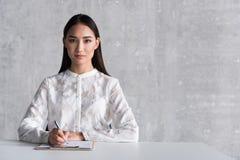 Femme ordonnée faisant des notes à la table Images stock