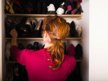 Femme organisant ses chaussures photographie stock