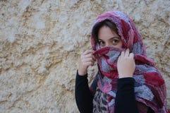 Femme orientale avec le voile traditionnel, yeux intenses Images libres de droits