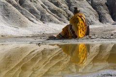 Femme orientale sur le rivage de lac photos libres de droits