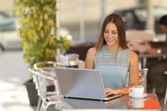 Femme ou étudiant indépendante travaillant dans un restaurant Images stock