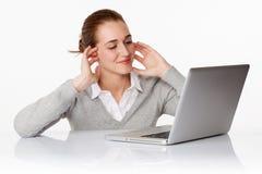Femme ou étudiante heureuse des affaires 20s en ligne Photo stock