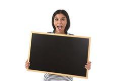 Femme ou étudiante hispanique tenant le tableau noir vide avec l'espace de copie pour ajouter le message Images libres de droits