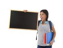 Femme ou étudiante hispanique tenant le tableau noir vide avec l'espace de copie pour ajouter le message Photographie stock libre de droits