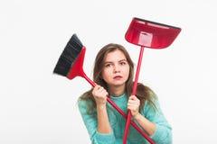 Femme ou femme au foyer tenant le balai, fatigué au nettoyage, sur le fond blanc, d'isolement avec l'espace de copie Images libres de droits