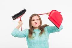 Femme ou femme au foyer tenant le balai, fatigué au nettoyage, sur le fond blanc, d'isolement avec l'espace de copie Image stock