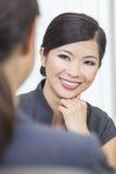 Femme ou femme d'affaires chinoise asiatique lors du contact Photos libres de droits