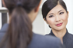 Femme ou femme d'affaires chinoise asiatique lors du contact Photo stock